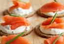Szybkie i zdrowe śniadanie – grahamka z jajkiem i pieczywo z łososiem